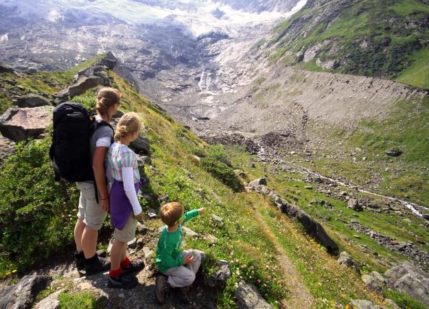 Neerkijken op de restanten van de gletsjer achter in het Krimmler Achental (boven de watervallen).